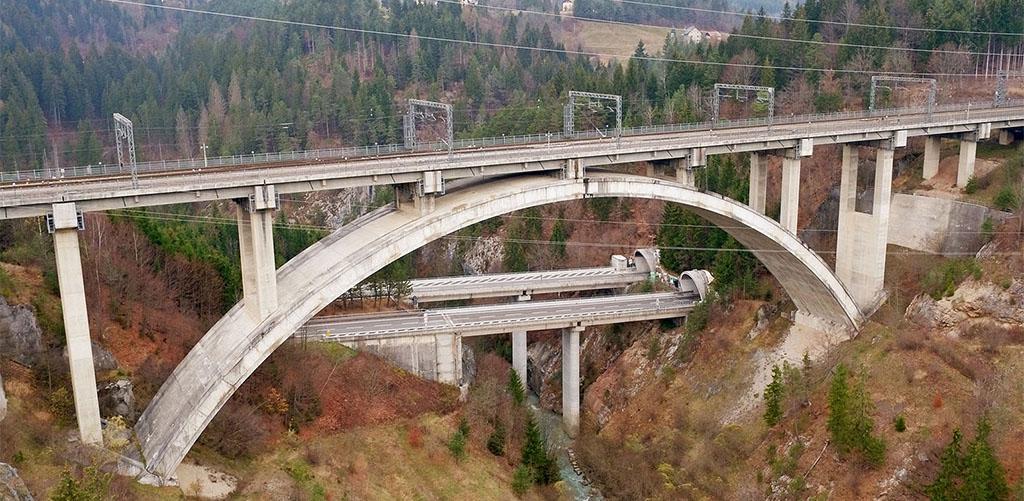 ispezione con drone su viadotto